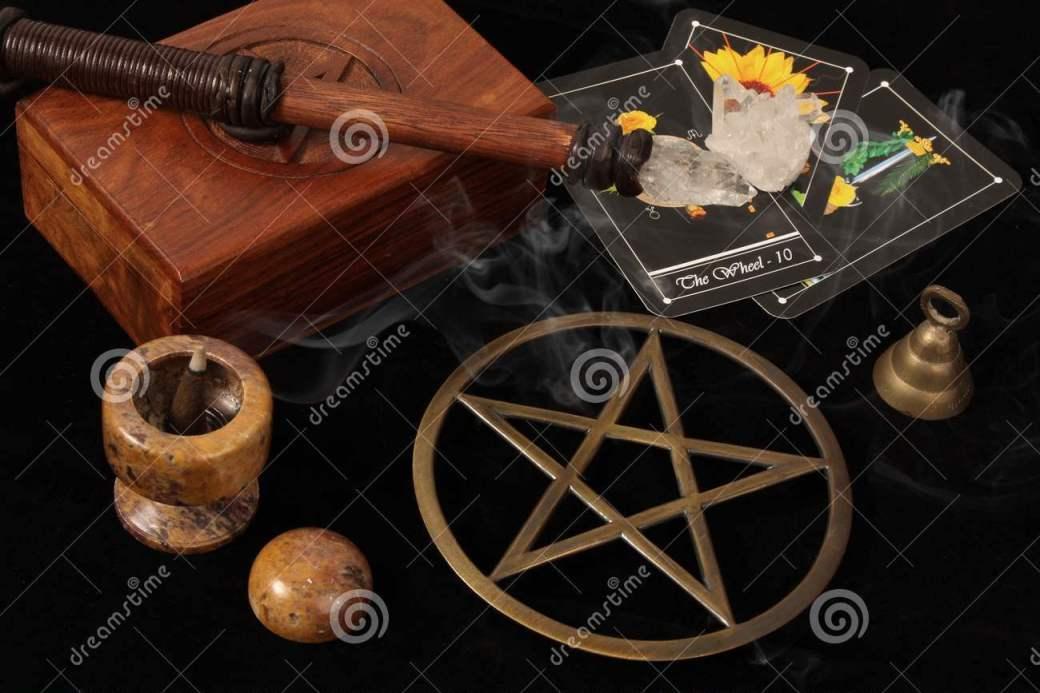 objetos-de-wiccan-y-tarjetas-de-tarot-4659156